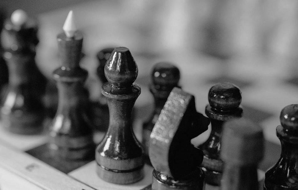 Differenza tra ambasciata e consolato scacchi bianco e nero